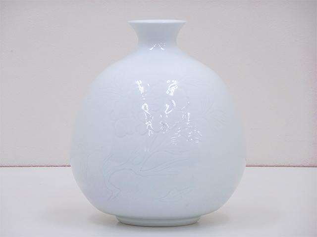 人間国宝 井上萬二作 白磁牡丹彫文花瓶